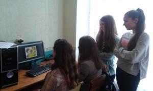Trójka uczniów siedzi przed komputerem